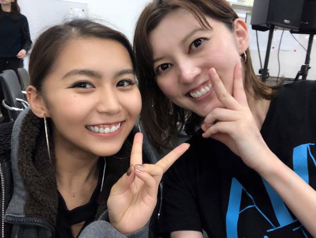 青野紗穂がTwitter投稿した朝夏まなととのツーショット写真 (エイベックス・グループ提供)
