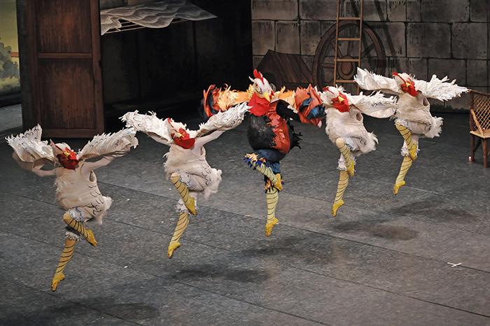 『リーズの結婚』の名場面、ニワトリたちの踊り。雄鶏を踊る元吉優哉  (撮影:山廣康夫)