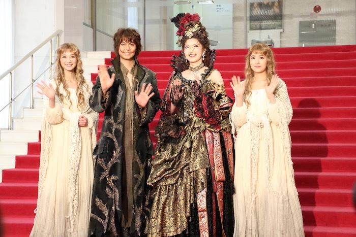 『笑う男』囲み取材 左から夢咲、浦井、朝夏、衛藤