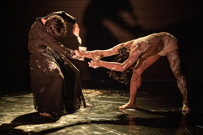 一般観客向けとしては、劇場初の公演となった、あごうさとし演出作品『触覚の宮殿』(2019年)。 [撮影]井上嘉和