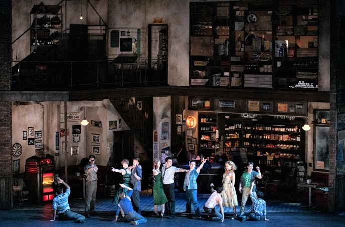 ドラッグストアで、〈クール〉を歌い踊るジェッツの面々 Photo by Jun Wajda