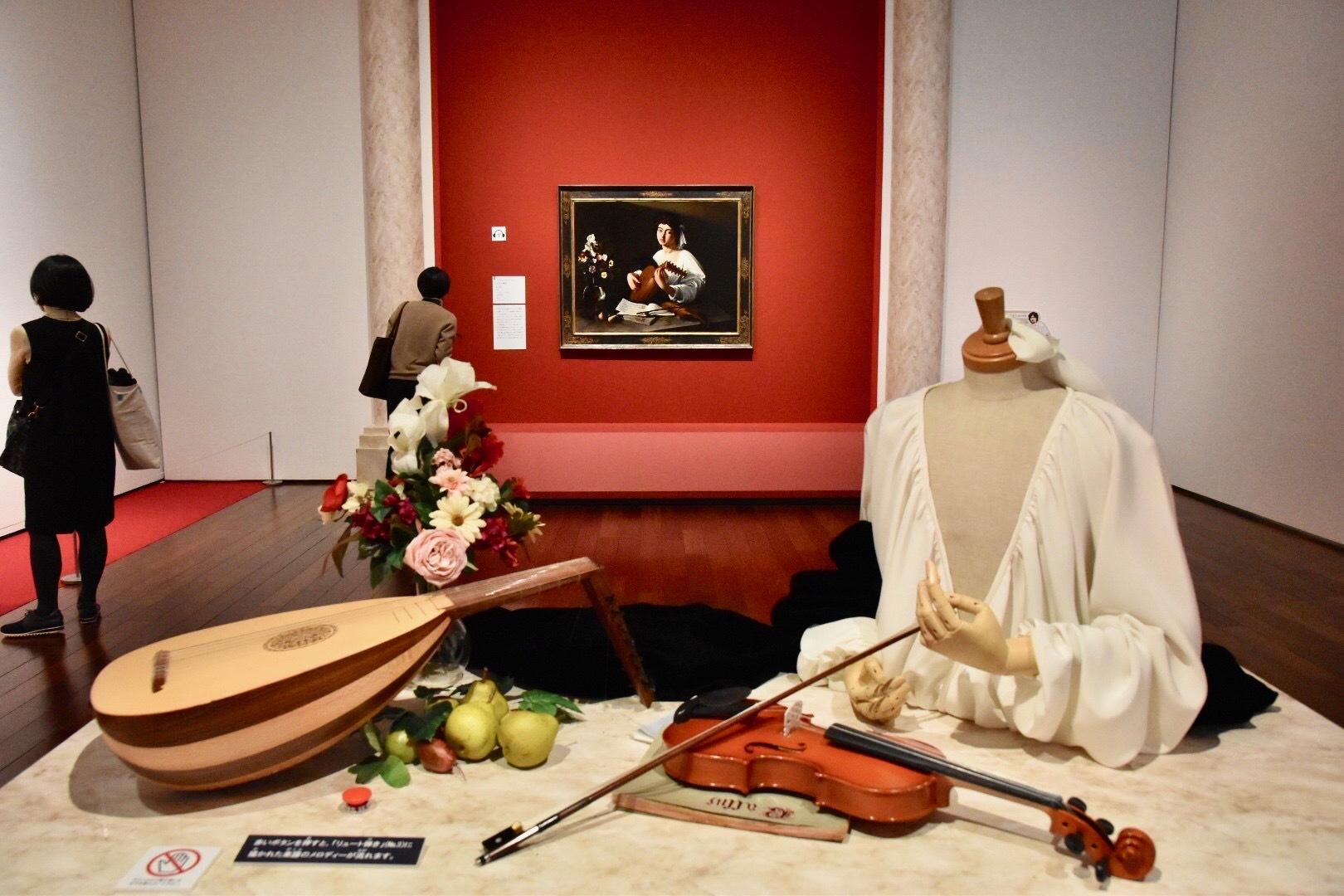 会場には《リュート弾き》を3D化した立体展示も。赤いボタンを押すと、絵画の中に描かれた譜面どおりに、リュートの音色が響く。