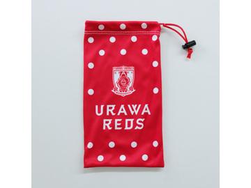 レッズカラーにチームの新クラブロゴがあしらわれた「浦和レッズオリジナル ドリンクボトルケース」 (c)URAWA REDS