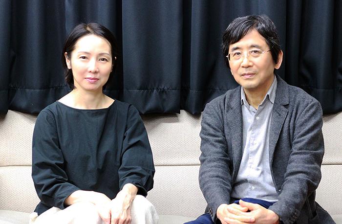 プロデューサーの那須佐代子(左)と演出家の鵜山仁