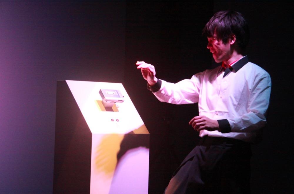 「ウォークマン」をテルミンのように演奏する吉田悠