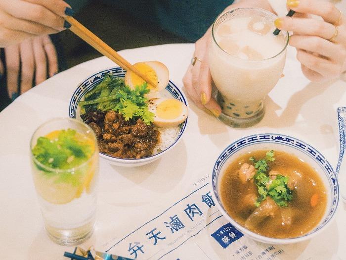 台湾などのアジアン料理をベースにした限定フードメニューやスイーツも用意されている(全てのドリンク・フードメニューは客室の持ち込みが可能)。