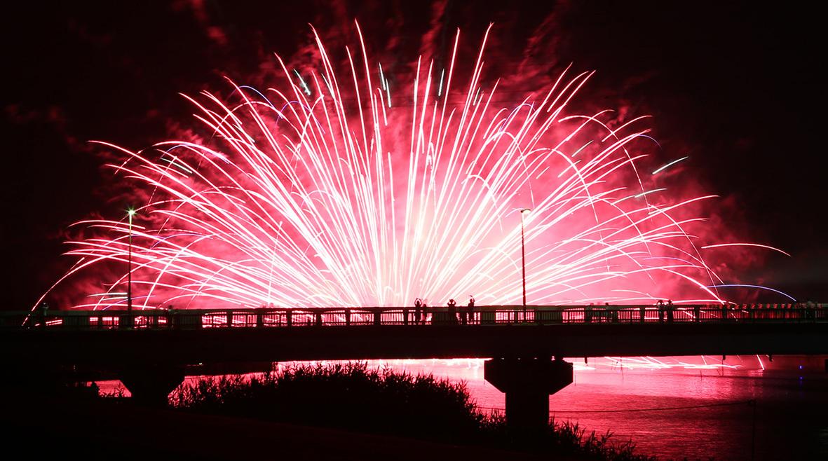 水面に花火の彩りを楽しめる水上花火