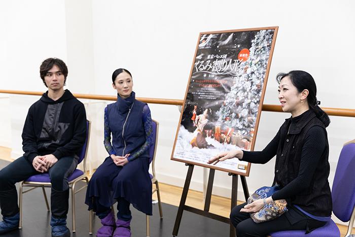 左から柄本弾、川島麻実子、斎藤芸術監督