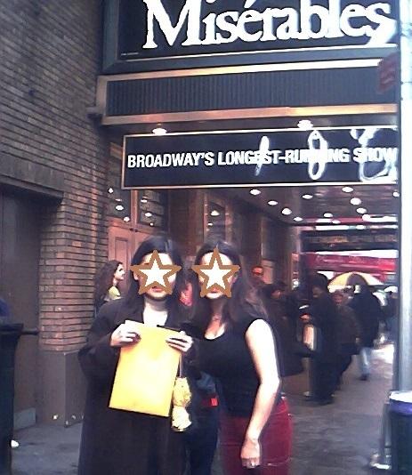 ブロードウェイの劇場前にて、MYベストエポニーヌと筆者(2003年撮影)