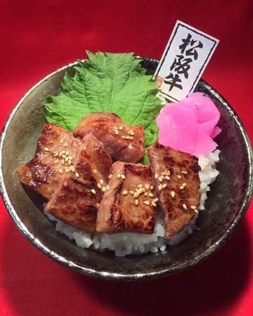 松阪牛ステーキ丼 1,900円(小池コーポレーション)…松阪牛を丁寧に焼き上げた、松阪牛専門店のこだわりステーキ丼
