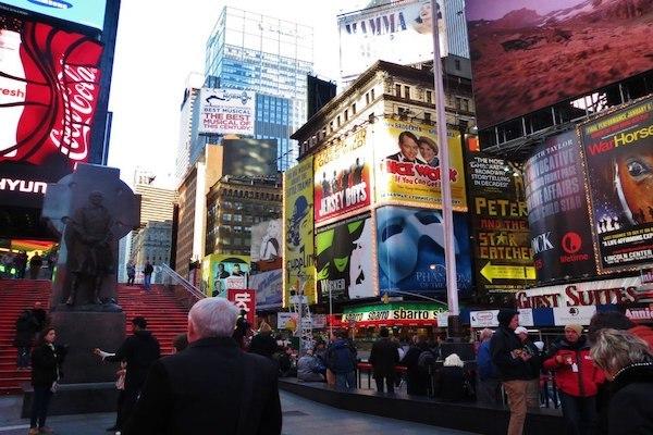 ニューヨーク・ブロードウェイのタイムズスクエア周辺