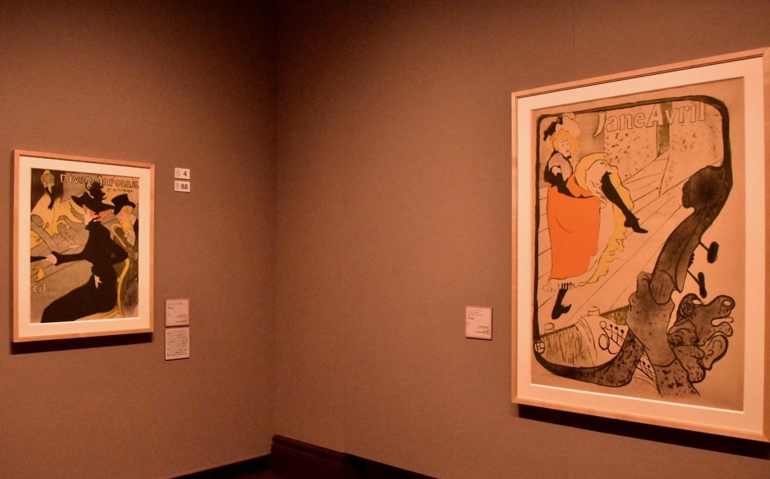 左:アンリ・ド・トゥールーズ=ロートレック《ディヴァン・ジャポネ》1893年  右:アンリ・ド・トゥールーズ=ロートレック《ジャヌ・アヴリル(ジャルダン・ド・パリ)》1893年