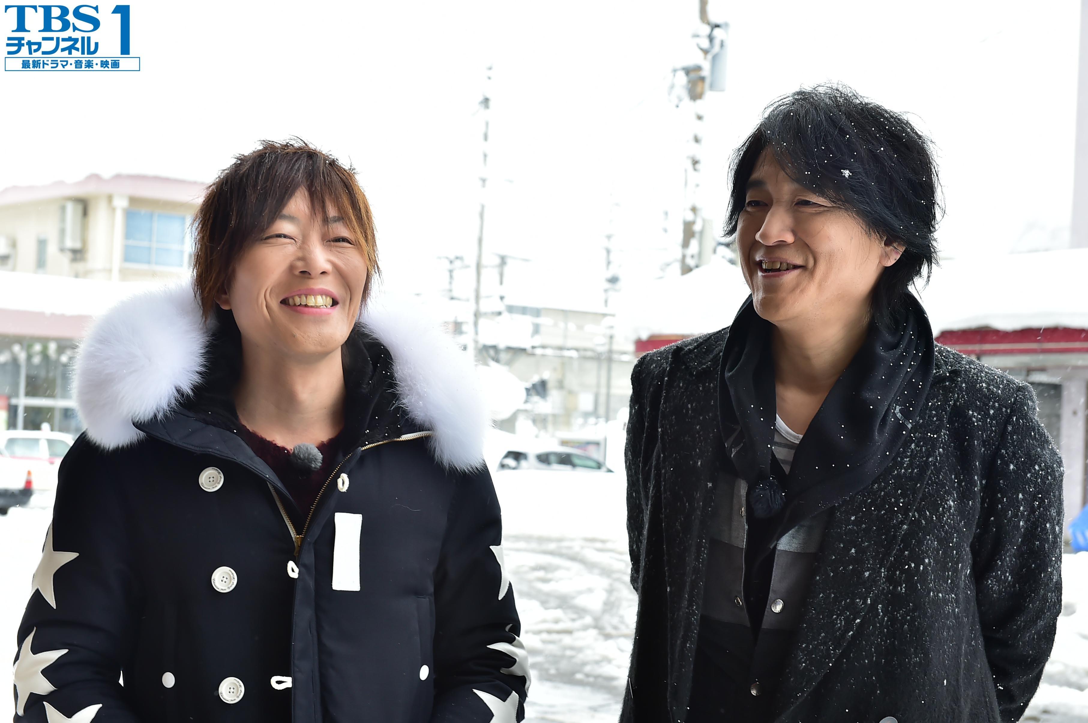 大雪の中でオープニングを収録するKISHOW(左)とe-ZUKA(右)