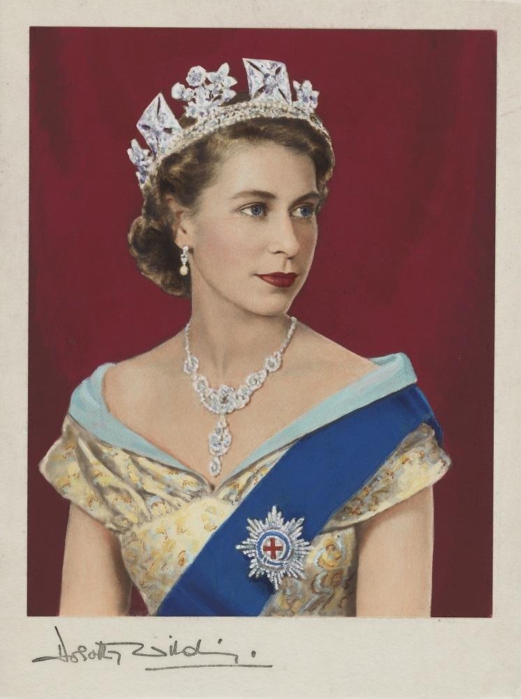 《エリザベス2世》1952年、ドロシー・ワイルディング、ベアトリス・ジョンソン手彩色  Queen Elizabeth II by Dorothy Wilding, hand-coloured by Beatrice Johnson (1952) (C)National Portrait Gallery
