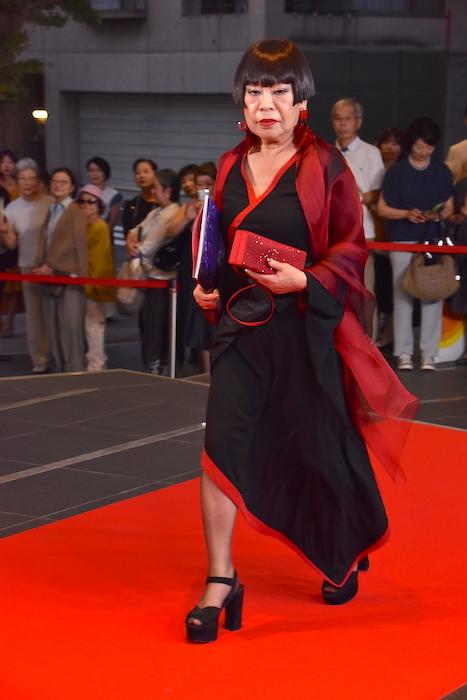 レッドカーペットを歩くコシノジュンコ
