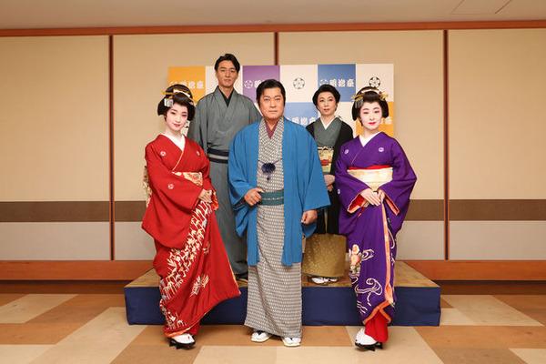 (前段左から)剛力彩芽、松平健、檀れい(後段左から)葛山信吾、山本陽子