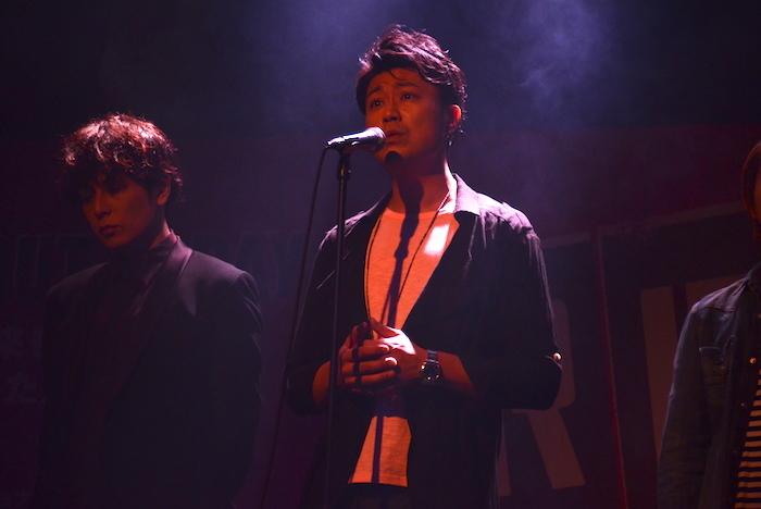 製作発表記者会見で歌唱披露する光永泰一朗
