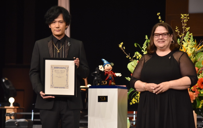 稲垣吾郎と、ウォルト・ディズニー・アーカイブス ディレクターのベッキー・クライン