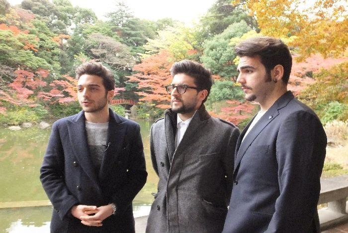 イタリア大使館の紅葉の庭で。お互い写真を撮り合ったり、カメラ取材に応じたり