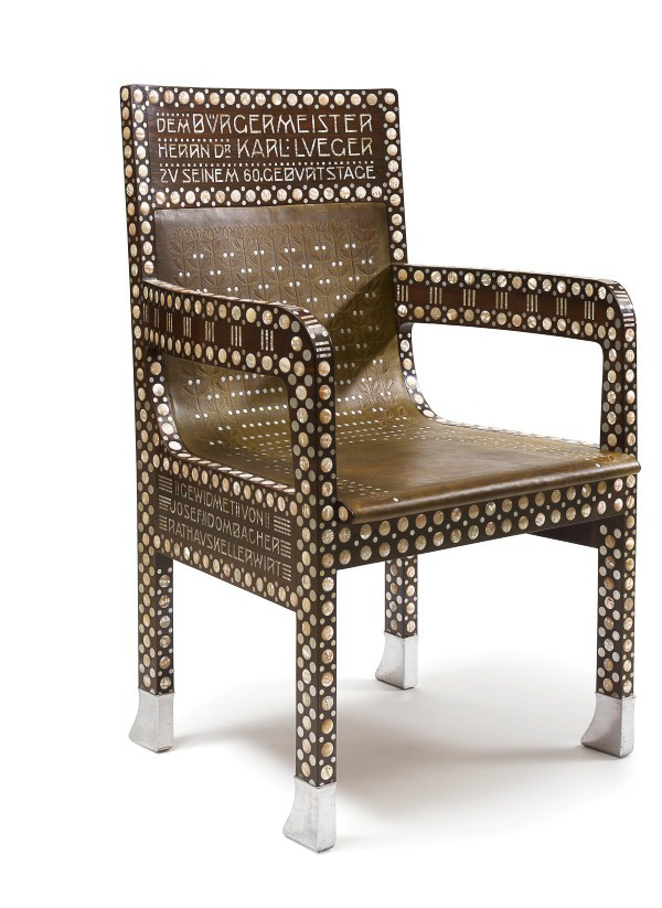オットー・ヴァーグナー 《カール・ルエーガー市長の椅子》 1904年 ローズウッド、真珠母貝の象嵌、アルミニウム、革 ウィーン・ミュージアム蔵 (C)Wien Museum / Foto Peter Kainz