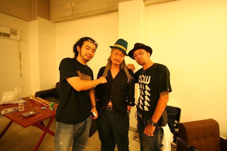 『 ZETTAI-MU 13TH ANNIVERSARY '08』向かって左から、1945 a.k.a KURANAKA、こだま 和文、DJ KRUSH