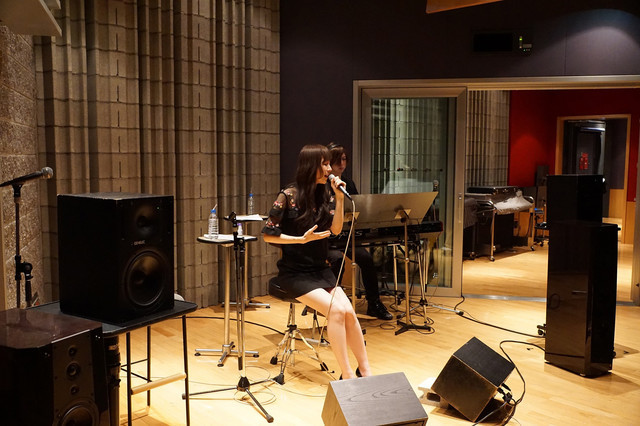 「mora presents ChouCho 『color of time』 ハイレゾ音源試聴会supported by Sony」アコースティックライブの様子。(写真提供:Lantis)