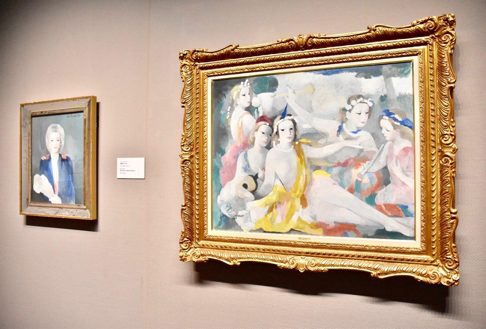 右:マリー・ローランサン 《五人の奏者》 1935年 吉野石膏コレクション 左奥:同作者 《羽扇をもつ女》1937年 吉野石膏コレクション