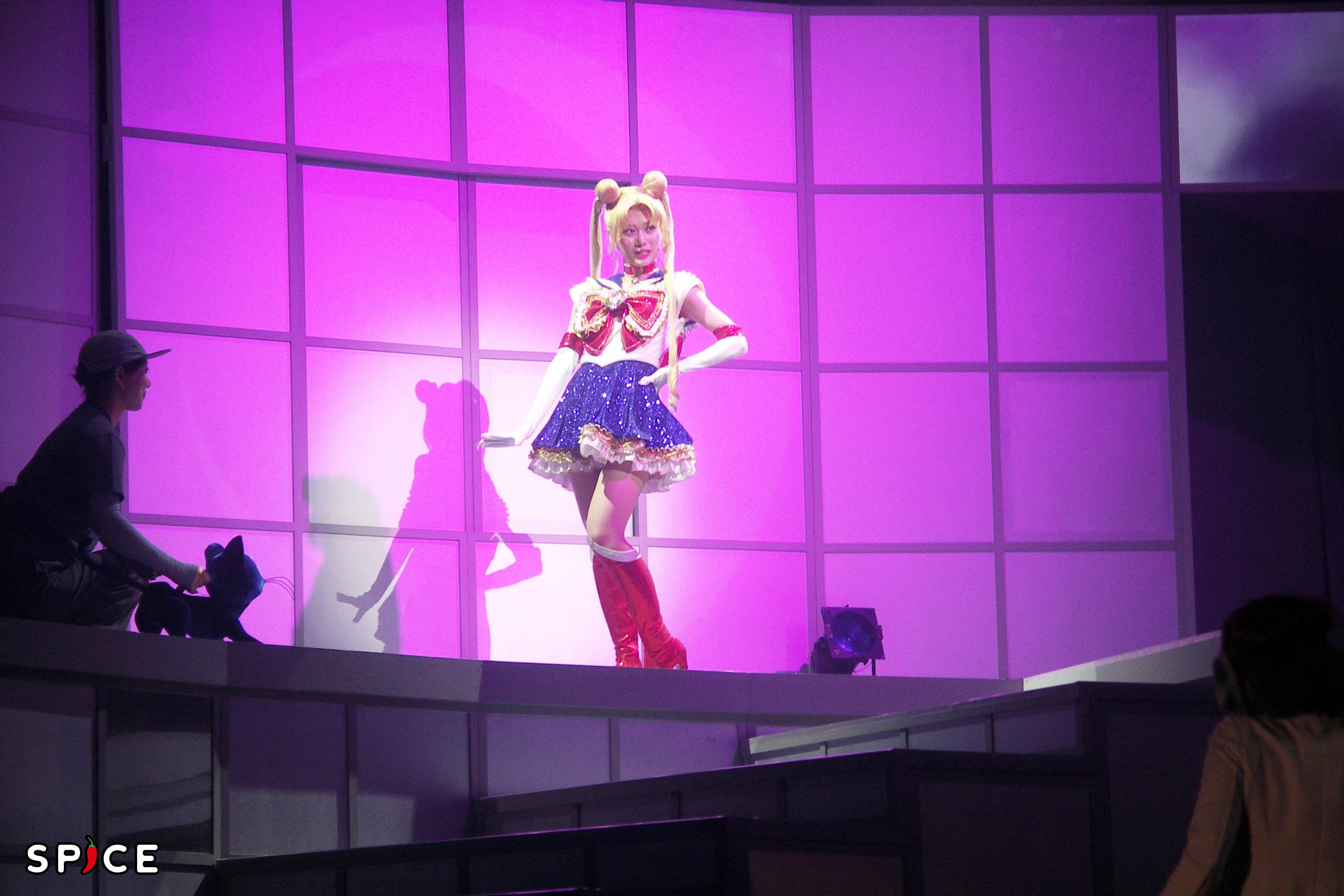 右に「ルナ」と操演者。見えても気にならない (C)武内直子・PNP/乃木坂46版 ミュージカル「美少女戦士セーラームーン」製作委員会
