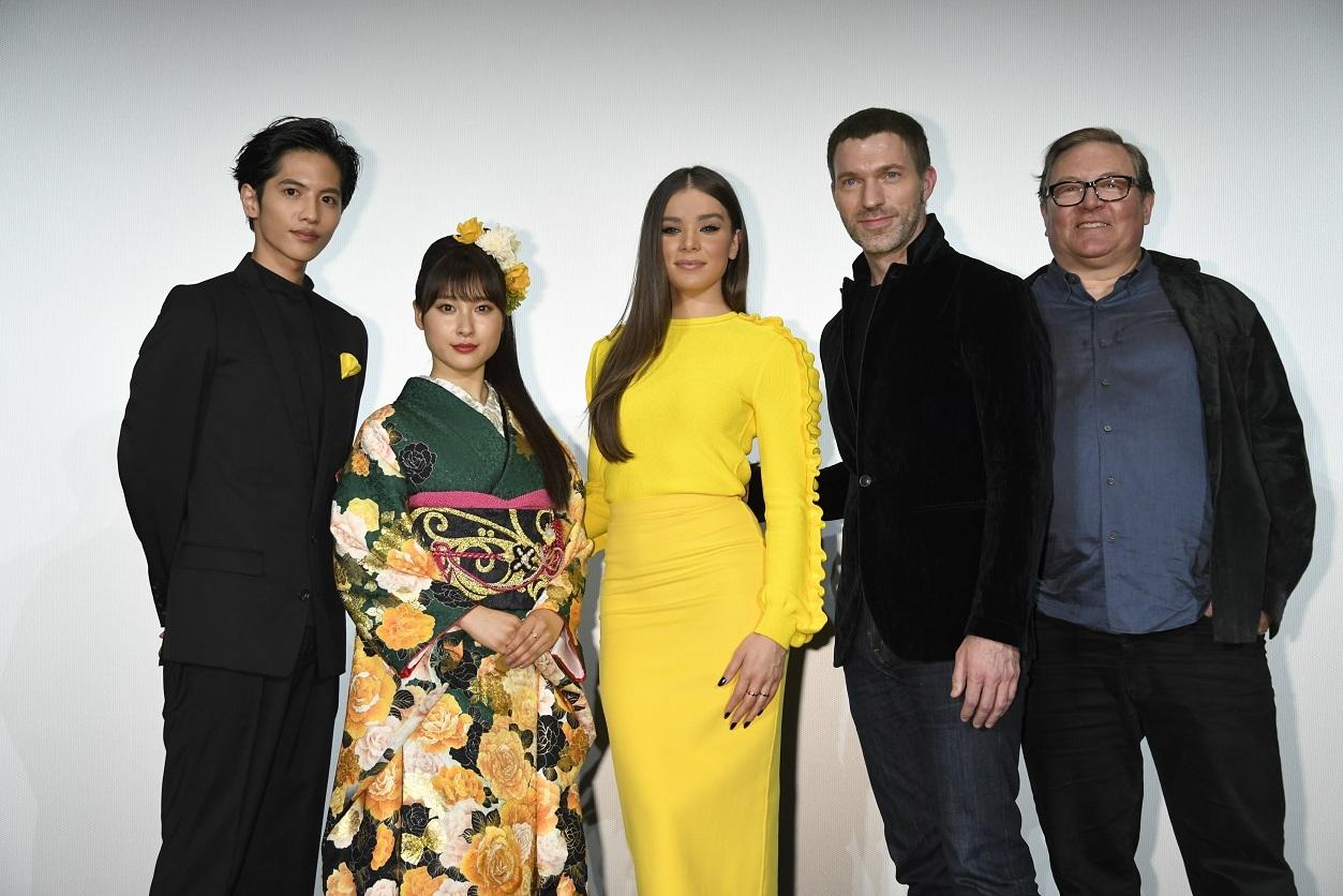 左から、志尊淳、土屋太鳳、ヘイリー・スタインフェルド、トラヴィス・ナイト監督、ロレンツォ・ディ・ボナヴェンチュラ氏