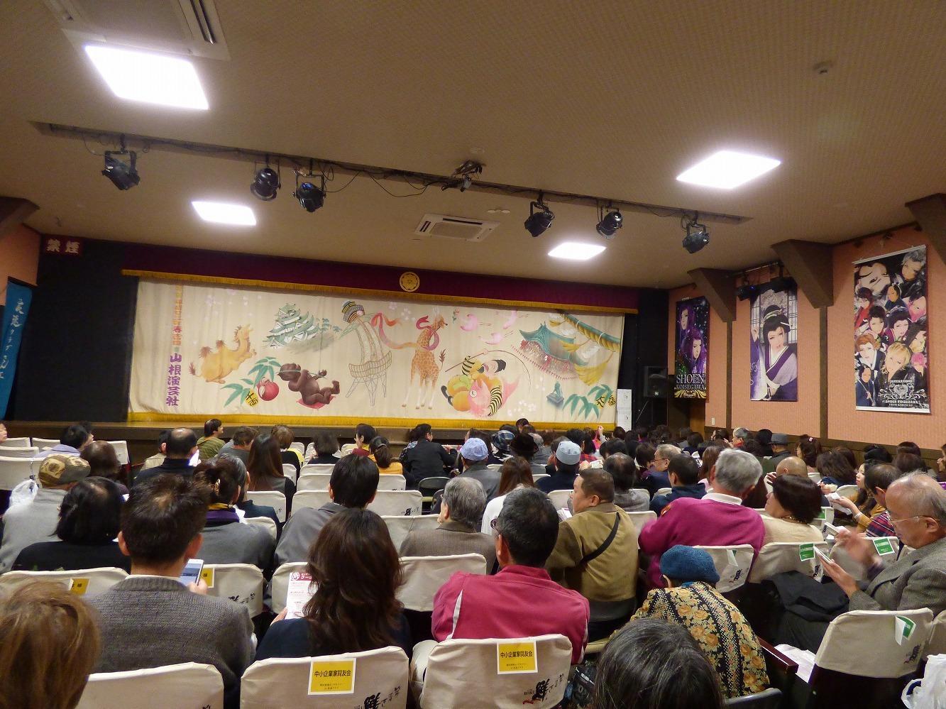 開演直前の客席。カンゲキツアー参加者が半数近くを占める。