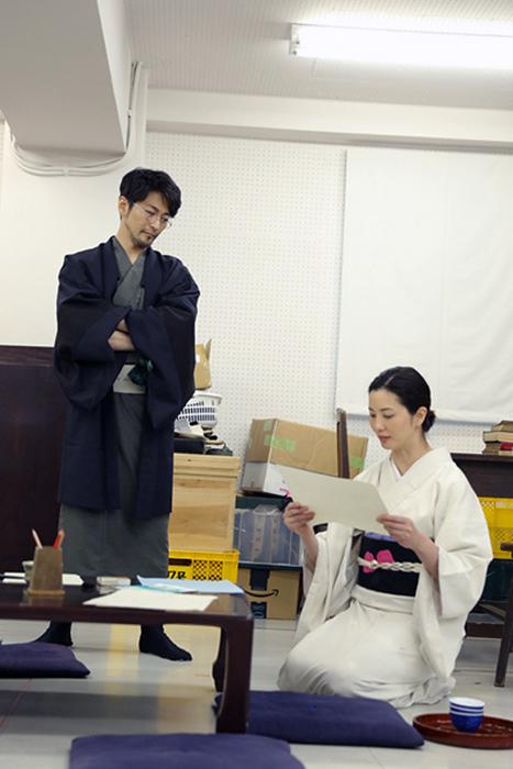 渋六役の須賀貴匡(左)と、奥方役の壮一帆(右)