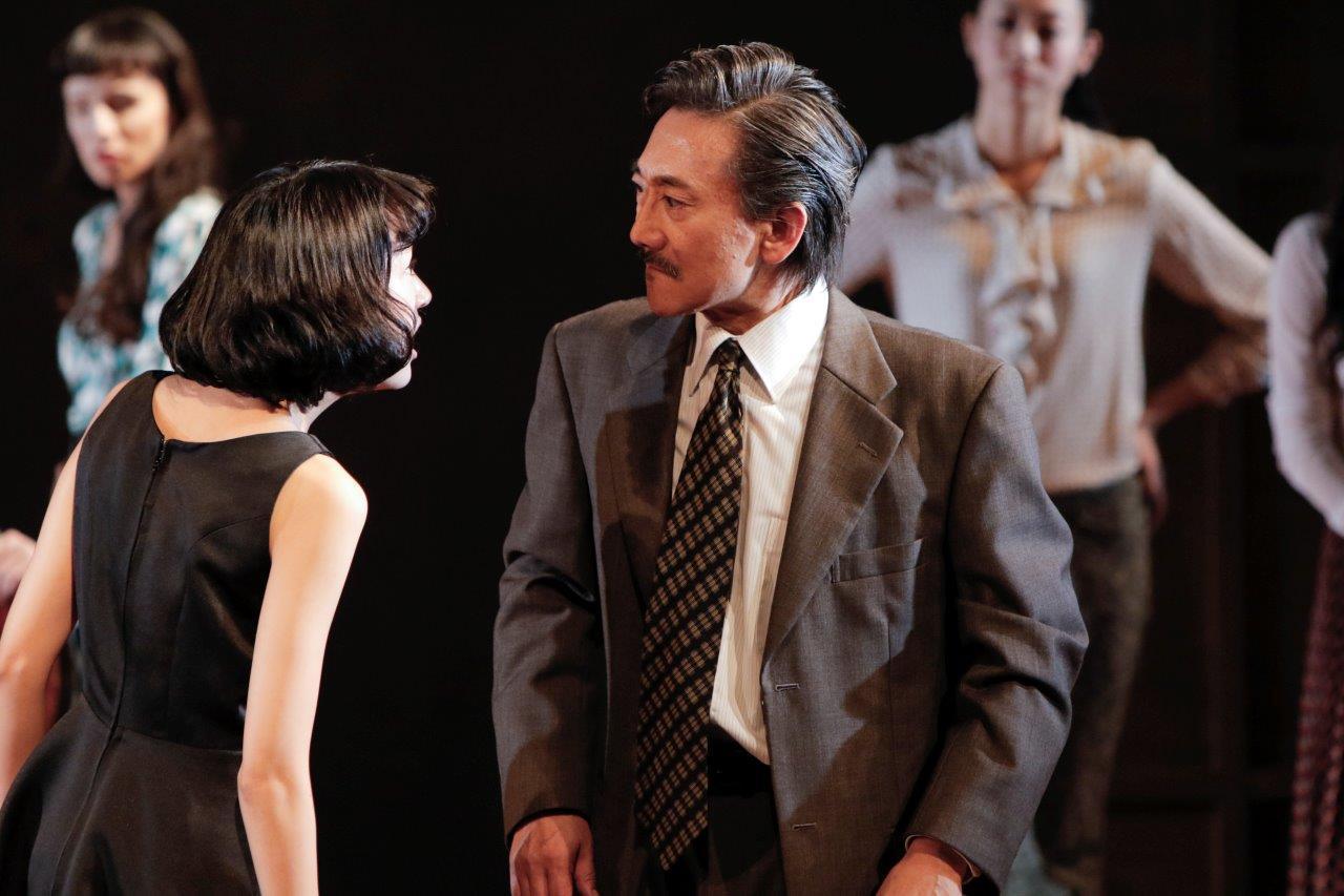 KAAT神奈川芸術劇場プロデュース『作者を探す六人の登場人物』左から、安藤輪子、山崎一。 撮影:岡千里