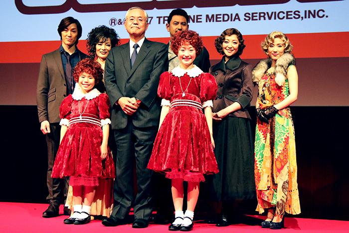 阿部豊太郎・丸美屋食品工業株式会社代表取締役社長を囲む出演者たち