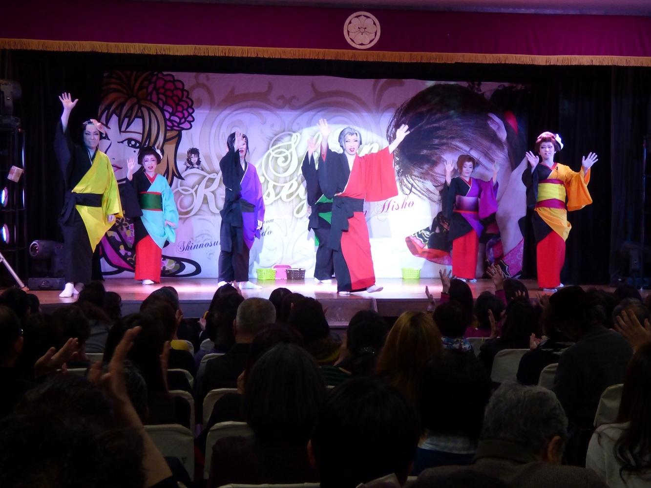 舞台と客席が一体になって盛り上がるのが大衆演劇の魅力。舞台中央が劇団飛翔(ひしょう)・恋瀬川翔炎(こいせがわ・しょうえん)座長。