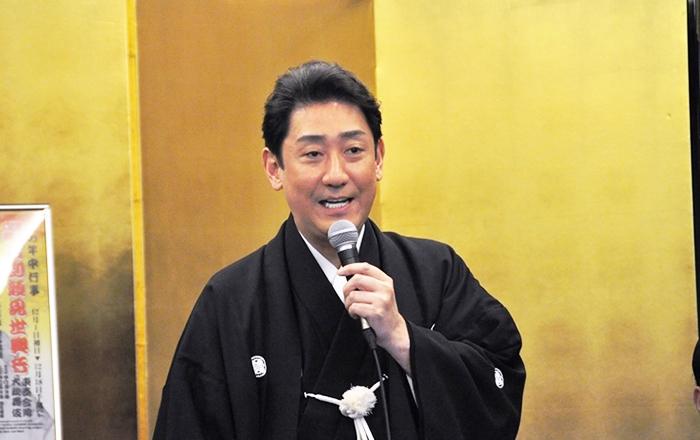 襲名の前に、松本幸四郎から「襲名なんてクマンバチの中に頭を突っ込むようなもの。いっぱい刺されて大きくなりなさい」と、アドバイスをもらったという話を披露する芝翫。