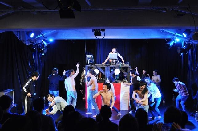 観客も巻き込んだダンスコーナーは男肉の名物。興味がある人は飛び散る席を、絶対巻き込まれたくない人は安全席をゲットしよう。