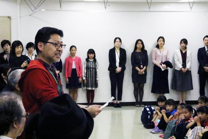 『アニー』オーディションの最終合格者を発表する山田和也氏