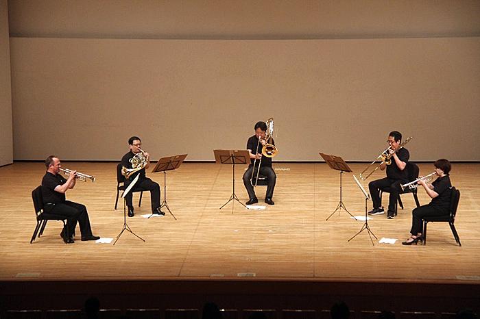 金管五重奏による「ラ・ペリ」のファンファーレで開幕!