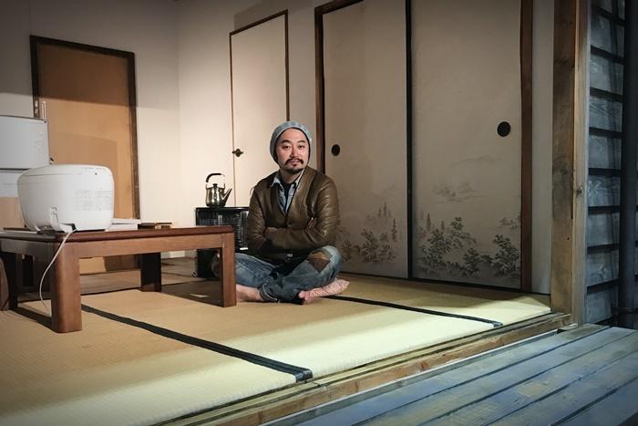 タニノクロウ(庭劇団ペニノ)。『笑顔の砦』の舞台セット内にて。 [撮影]吉永美和子