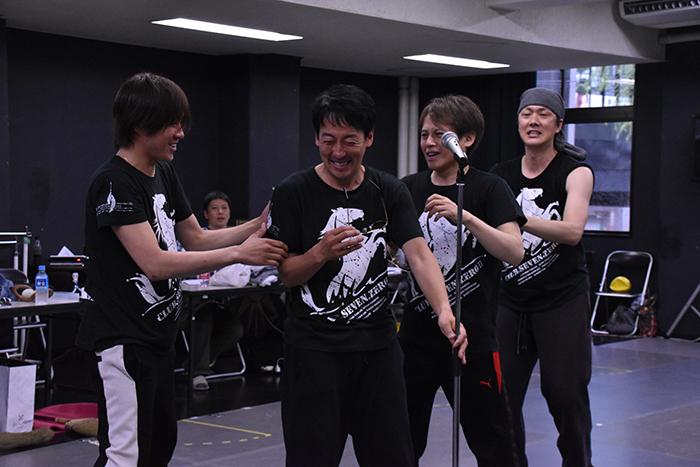 「間違えちゃった....」とつぶやく西村直人(左から2番目)にツッコミを入れる、東山義久、玉野和紀、吉野圭吾(左から)