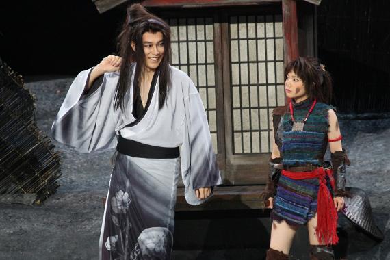 『髑髏城の七人 Season風』開幕 1 松山ケンイチ(左)と岸井ゆきの