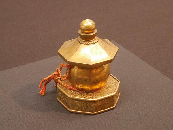 「興正菩薩坐像」像内納入品のうち「金銅八角五輪塔」(鎌倉時代、西大寺)