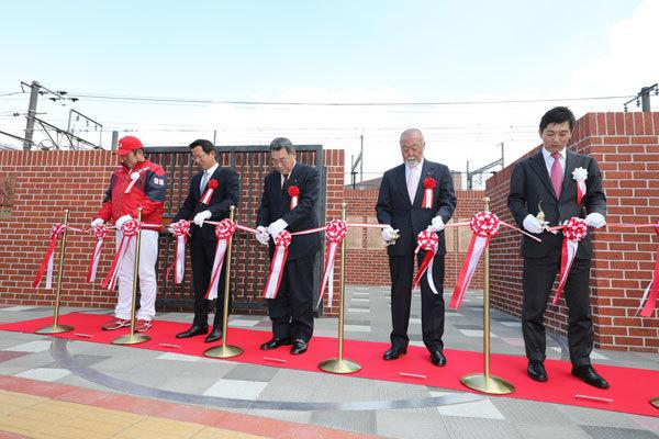 佐々岡真司監督をはじめ歴代のOBが列席した、「モニュメントスクエア」のオープニングセレモニー