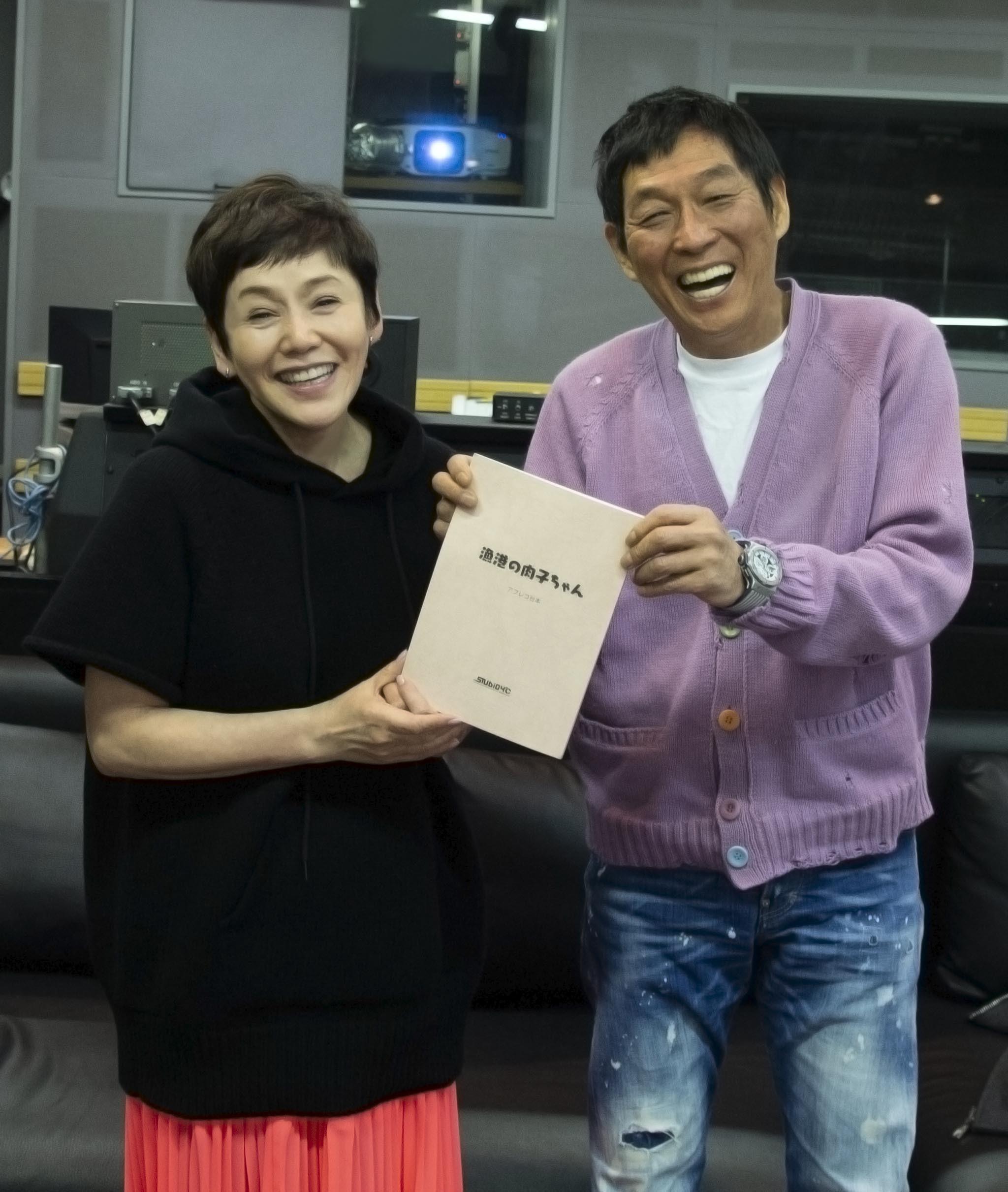 明石家さんまと大竹しのぶ (c)2021「漁港の肉子ちゃん」製作委員会