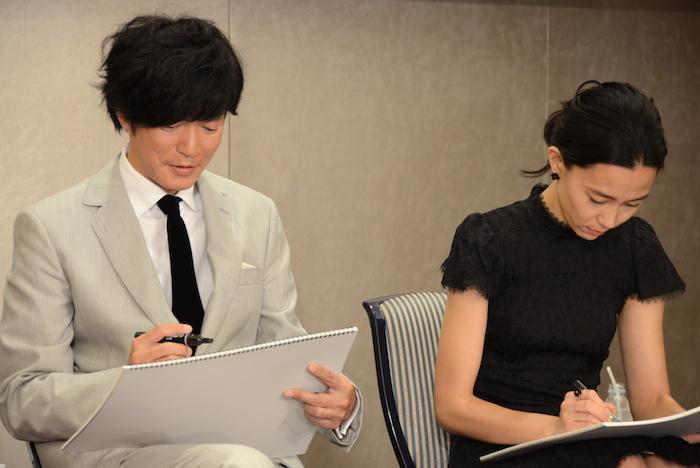 「一番頭の中を占めている問題」について絵を描く田辺誠一(左)と木村佳乃