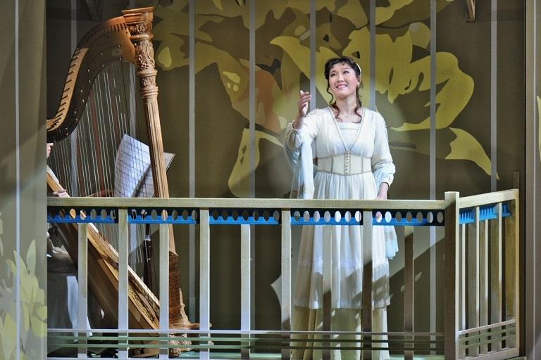 コリンナ 老田裕子:歌劇「ランスへの旅」(2015.4 フェスティバルホール)  写真提供:朝日新聞文化財団 (C)Naoko Nagasawa