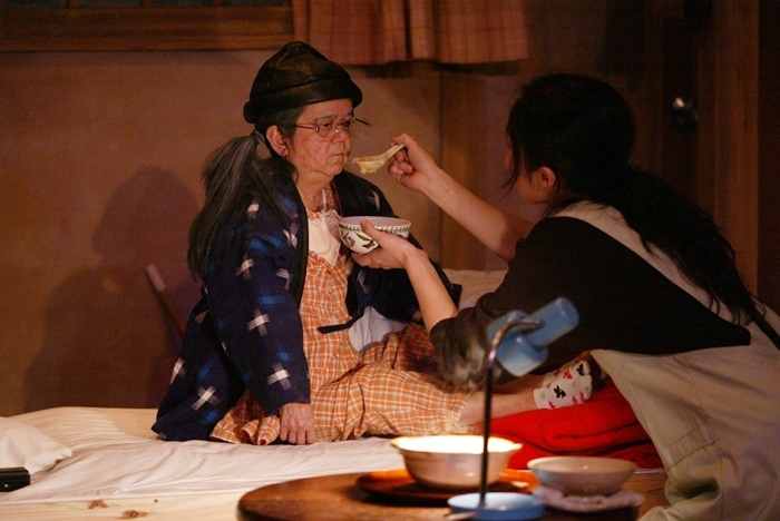 庭劇団ペニノ『笑顔の砦』初演より。左側が介護老人を演じたマメ山田。 [撮影]田中亜紀