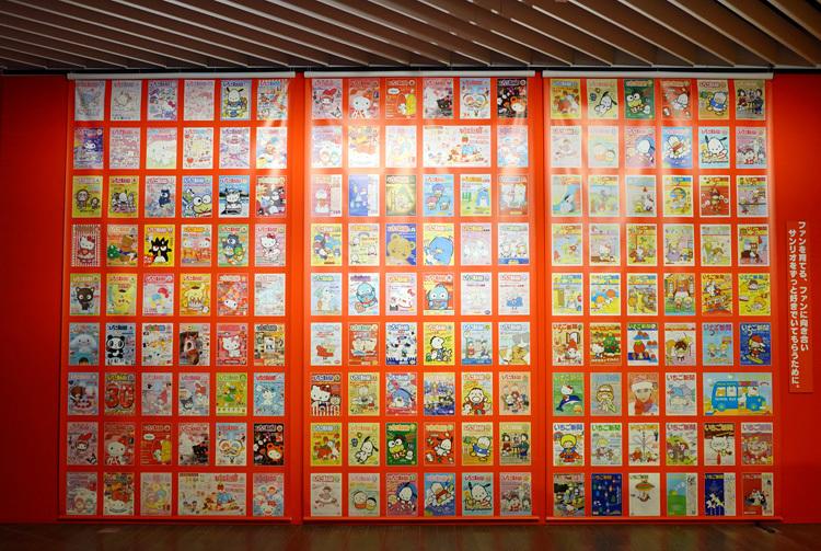 『いちご新聞』の表紙の再現が、ずらりと壁面に。  (C) 2021 SANRIO CO., LTD. APPROVAL NO. SP610376