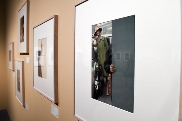 手前:ソール・ライター《『Harper's BAZAAR』》1959年2月号、発色現像方式印画 (C)Saul Leiter Foundation