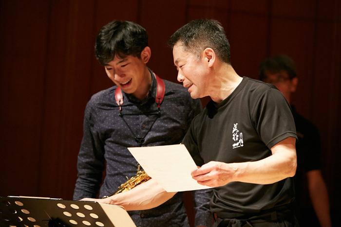 入念な打ち合わせをする上野耕平(左)とスペシャルゲストの林英哲(右)(リハーサルにて)